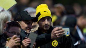 Marco Reus ottaa selfien fanin kanssa.