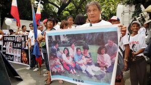 Fortunato Korkus esittelee Marcosien perheen 1980-luvun koti-idylliä julisteella.