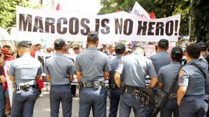 Marcosin sankarihautaamisen vastustajat pelkäävät, että Marcosin kauden julmuuksien historiankirjoitus muuttuu sankarihautauksen myötä.