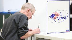 Mies äänestää Indianapolisissa.