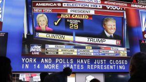 Ihmiset katsoivat äänitilannetta suurelta tv-ruudulta New Yorkissa 8. marraskuuta.