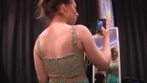 Petriina Kiiskinen sovittaa mekkoa vanhojen tanssiaisia varten.
