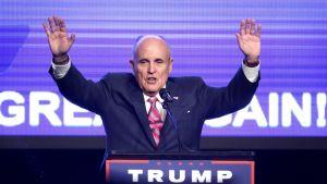 Giuliani kädet levällään Trumpin kampanjatapahhtumassa Miamissa syyskuussa.