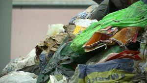 Palavaa jätettä kasassa jäteasemalla.