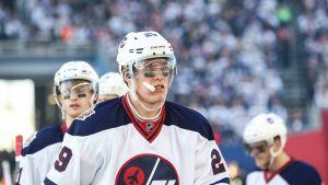 Patrik Laine pureskelee hammassuojia NHL:n ulkoilmaottelussa Winnipegin paidassa.