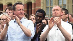 Cameron ja Farran taputtavat paitahihasillaan väkijoukossa.