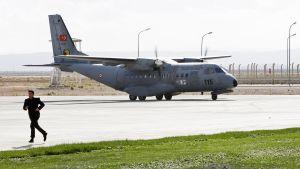 Turkin ilmavoimien kone Hatayn lentokentällä.