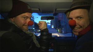 Miehet punaiset nenät päässä.