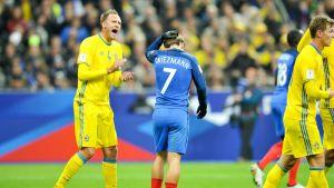 Ruotsin Andreas Granqvist kannustaa omiaan.
