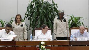 Farcin johtaja ja Kolumbian edustaja allekirjoittavat rauhansopimuksen Havanassa.