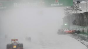 Räikkönen jäi todella pahaan paikkaan Interlagosin radan pääsuoralle.