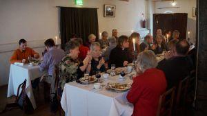 Finlandssvenska Teckenrpåkiga rf:n juhlan osallistujia aterialla.