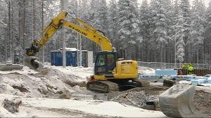 Kiinalaistaustaisen Nova Roin mökkikylän perustuksia kaivetaan Napapiirillä Rovaniemellä