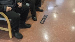Ihmisiä istuu Iisalmen terveyskeskuksen päivystyksessä