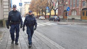 Poliisipartioita on Turun kaduilla liikkeellä torstaina 17.11.2016 yhtä paljon kuin niitä oli 1980-luvulla.