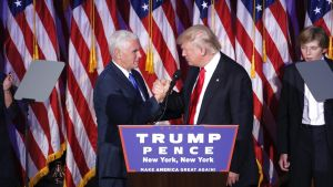 Donald Trump ja Mike Pence paiskaavat tiukasti kättä