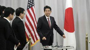 Shinzo Abe tiedotustilaisuudessaan New Yorkissa.