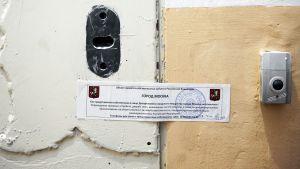 Moskjovan kaupungin viranomaisten ilmoitus Amnestyn toimiston ovessa.