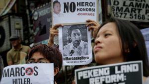 Kuvassa mielenosoittajia, jotka vastustavat Ferdinand Marcosin hautaamista sankarihautausmaalle.