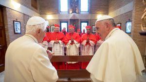 Emerituspaavi Benedictus XVI ja paavi Franciskus sekä uudet kardinaalit seremoniassa Cappella Papalessa Vatikaanissa.