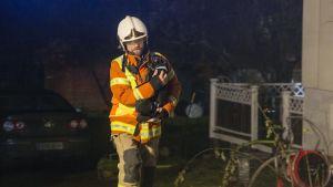 Palomiehet pelastivat lemmikkejä palavasta talosta Haminassa.