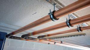 Uusia vesijohtoputkia kattokiinnikkeissä