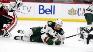 Mikko Koivu kaatuneena jään pintaan NHL-ottelussa.