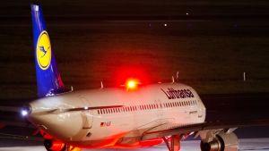 Lentokone lähdössä liikkeelle lentokentällä.