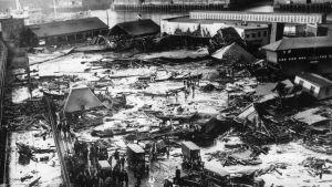 Mustavalkoinen kuva romahtaneista taloista.
