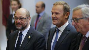 Parlamentin puhemies Martin Schulz (vas.) ja Eurooppa-neuvoston sekä EU-komission puheenjohtajat Donald Tusk ja Jean-Claude Juncker.