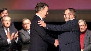 """Kolumbian presidentti Juan Manuel Santos ja Farc-sissiliikkeen johtaja Rodrigo """"Timochenko"""" Londono kättelivät rauhansopimuksen allekirjoittamisen jälkeen Bogotassa 24. marraskuuta."""