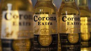 Corona-pulloja. Antonino Fernández ansaitsi miljoonaomaisuutensa Corona-yhtiön toimitusjohtajana.