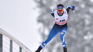 Ristomatti Hakola hiihtää.