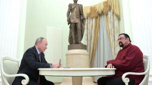 Putin ja Seagal pöydän ääressä, taustalla patsas.