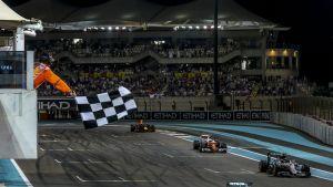 Kärkinelikko saapuu maaliin Abu Dhabin GP:ssä 2016.