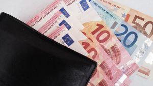 Lompakko ja rahaa.