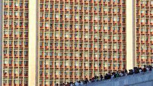 Ihmisiä Vallankumouksen aukiolla Havannassa maanantai-iltana 28. marraskuuta.