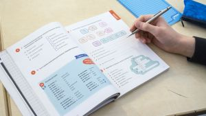 Saksan oppikirja avoinna pulpetilla.