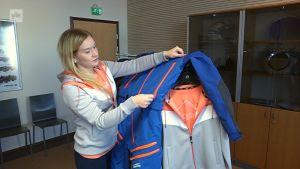 Annukka Heinonen esittelee teknistä ajohaalaria, joka sopii keveytensä vuoksi hyvin myös lasketteluun.