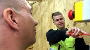 Sedun Kurikan opetuspisteessä sähköalaa kolmatta vuotta opiskeleva Valtteri Hanka on saanut opinto-ohjaaja Timo Vainionpäältä apua aina tarvittaessa.