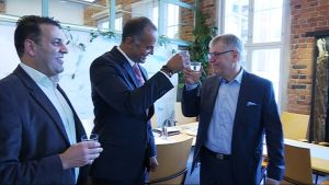 Lahti Aquassa juhlitaan sopimusta kansainvälisen sijottajan kanssa.