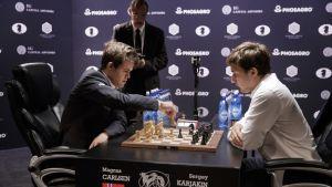 Magnus Carlsen ja Sergei Karjakin kuvassa