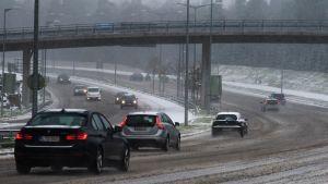Liikennettä talvisäässä.