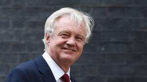 Britannian Eu-erosta vastaava ministeri David Davies lähdössä pääministerin virka-asunnosta Lontoossa 11. lokakuuta 2016.
