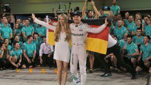 Vivian Rosberg ja Nico Rosberg juhlivat mestaruutta.