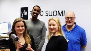 Kuvassa kolme nuorta ja toimittaja Ruben Stiller.
