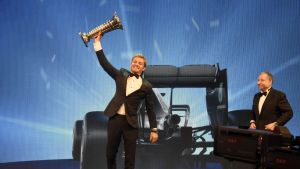 Nico Rosberg sai F1-mestaruuspokaalinsa.