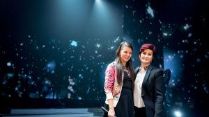 Saara Aalto ja Sharon Osbourne yhteiskuvassa X Factor -ohjelman harjoitustauolla 2. joulukuuta 2016.