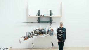 Taiteilija Helen Marten teoksensa edessä Turner Prize 2016 -näyttelyssä Tate Modern -msueossa Lontoossa joulukuussa 2016.