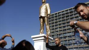 kultainen patsas